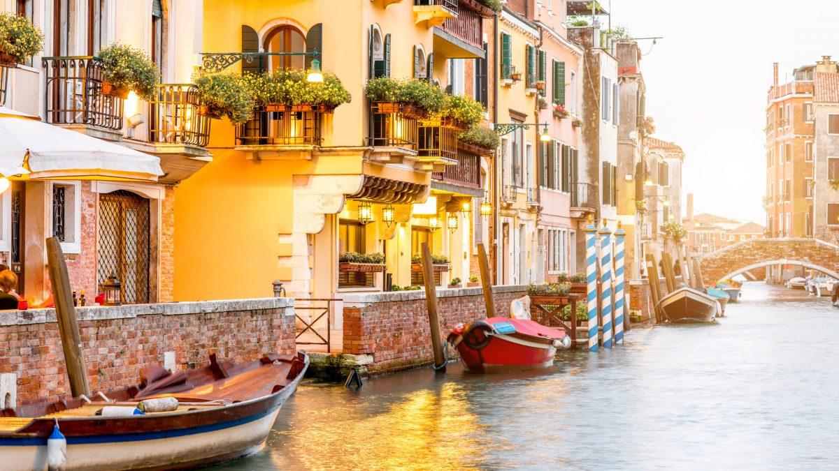 huizen gondels kanaal venetie italie