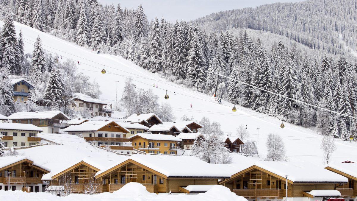 Huizen de skipista van Flachau, Oostenrijk