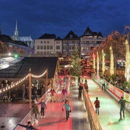 IJsbaan en kerstmarkt in Keulen, Duitsland