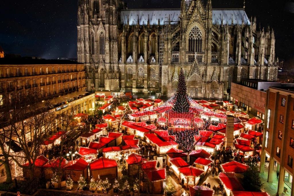 Verlichte kathedraal en kerstmarkt in Keulen, Duitsland