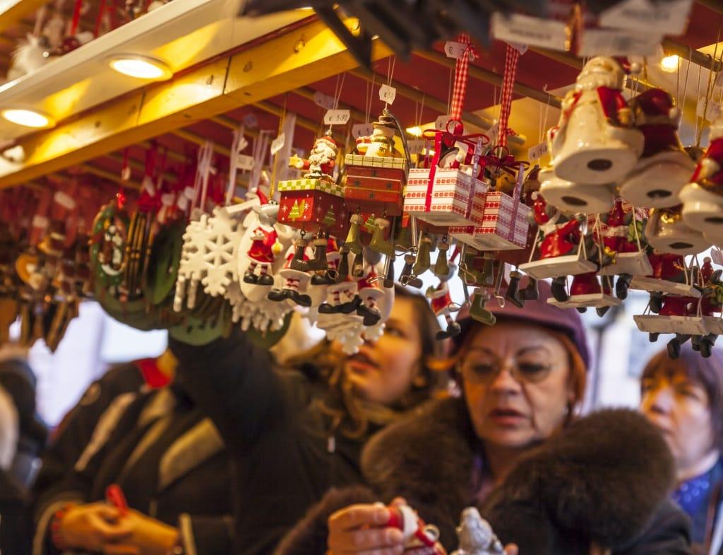 Mensen voor een kraam op een kerstmarkt
