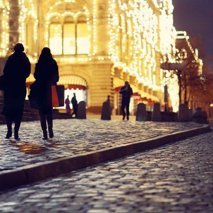 Kersverlichting in winkelstraat in Praag, Tsjechië