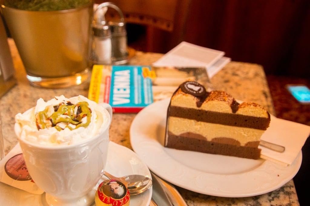 Koffie en overheerlijke sachertorte eten in Wenen, Oostenrijk