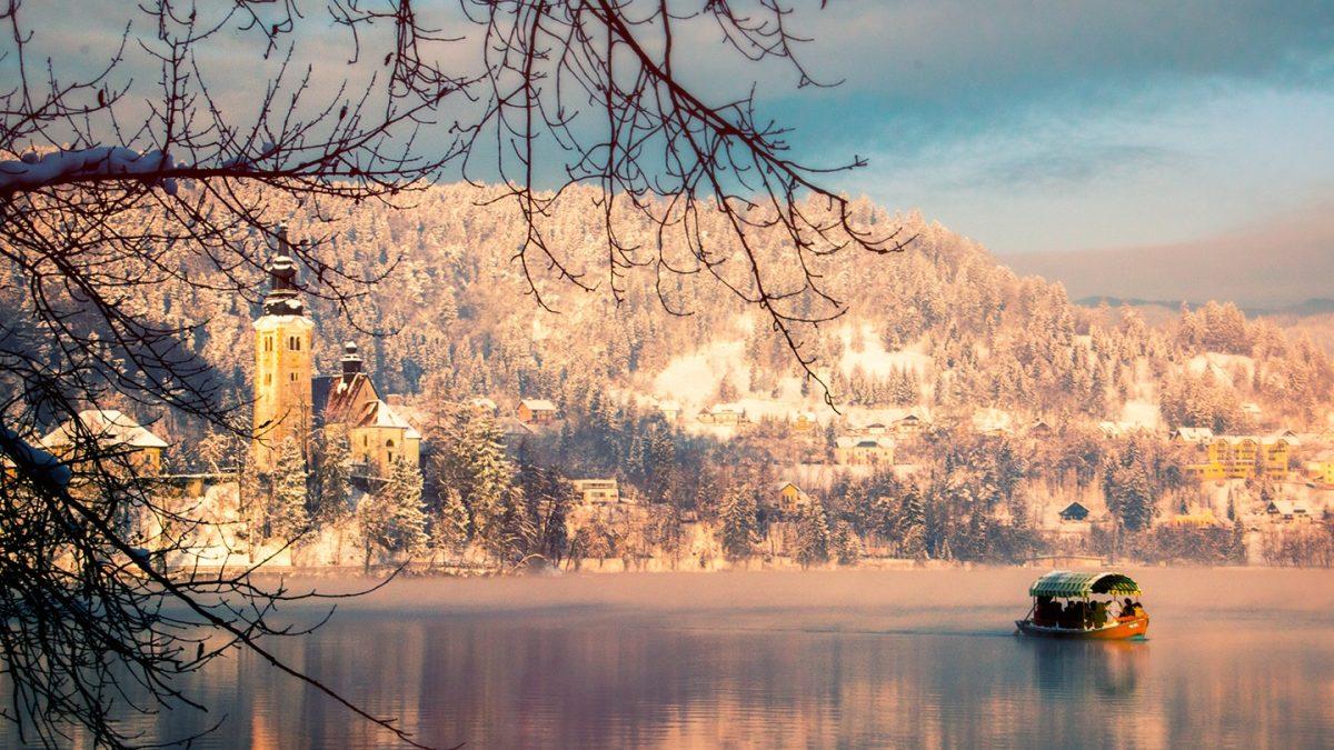Maria Hemelvaarstkerk en een pletna gondel op het Meer van Bled, Slovenië