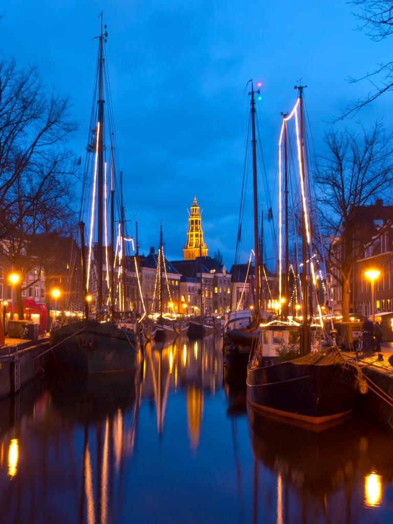 Oude boten in de gracht in Groningen