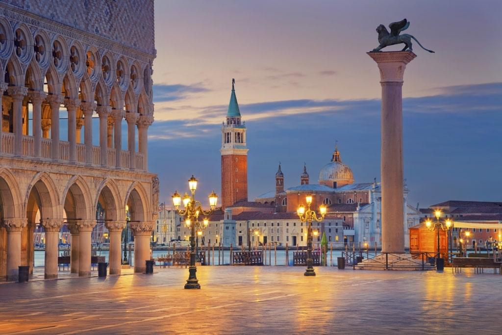 San Marco plein in de avond in Venetië, Italië