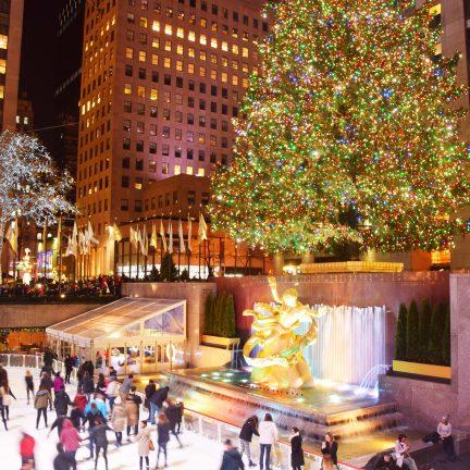 Schaatsbaan met kerstboom in New York, Amerika