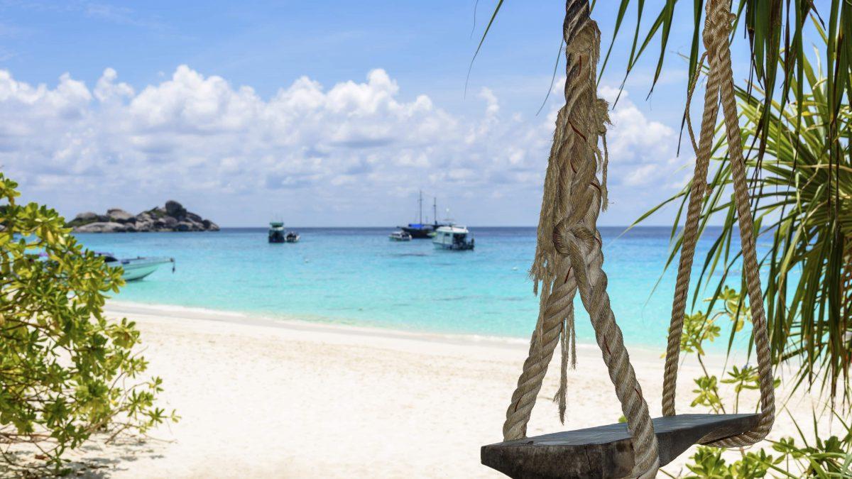 Schommel op het strand van Phuket in Thailand