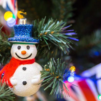 Kerstboom met sneeuwpop en Engelse vlag