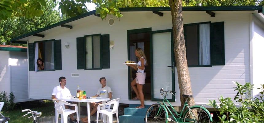 Stacaravan van Camping Bella Italia aan het Gardameer in Peschiera del Garda, Italië