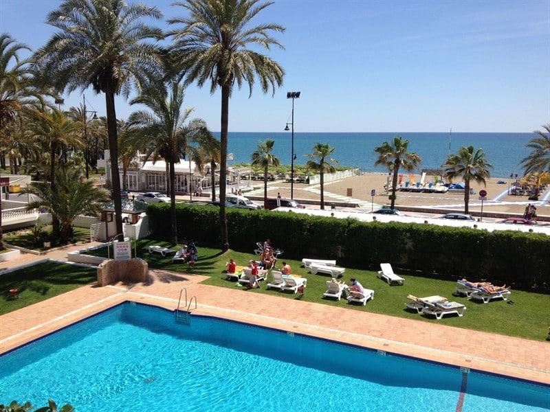 Strand en zwembad van Bajondillo in Torremolinos, Costa del Sol, Spanje