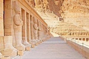 Standbeelden van de tempel van Hatsjepsoet in Luxor, Egypte