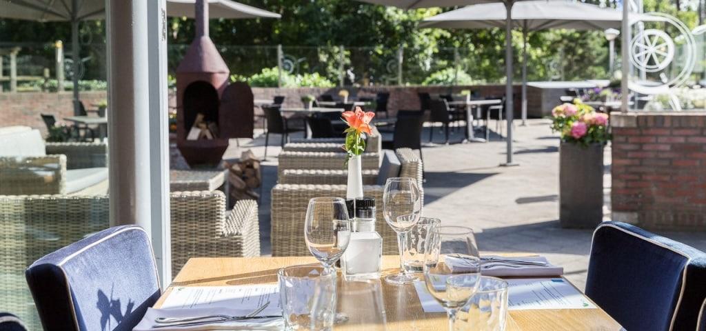Terras van het restaurant van WestCord Residentie Boschrijck op Terschelling