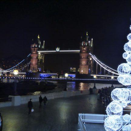 Tower Bridge in de avond met een kerstboom in Londen, Engeland