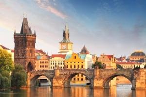 Uitzicht op de Karelsbrug in Praag, Tsjechië