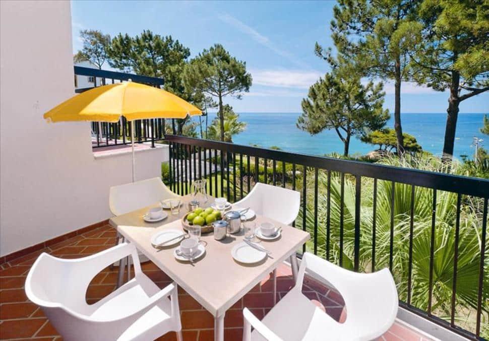 Balkon met uitzicht over zee in aparthotel Alfagar Aldeamento in Albufeira, Portugal