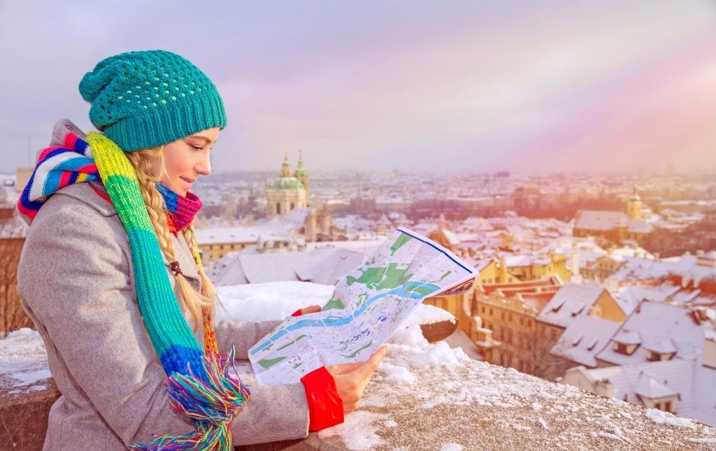 Meisje leest kaart in de winter in Praag, Tsjechië