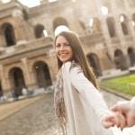 Vrouw trekt een ander mee bij het Colosseum in Rome, Italië