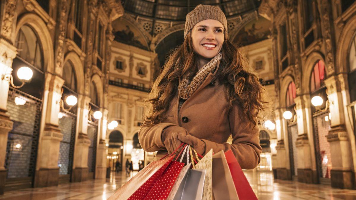 Vrouw met tassen in winkelcentrum in Milaan, Italië