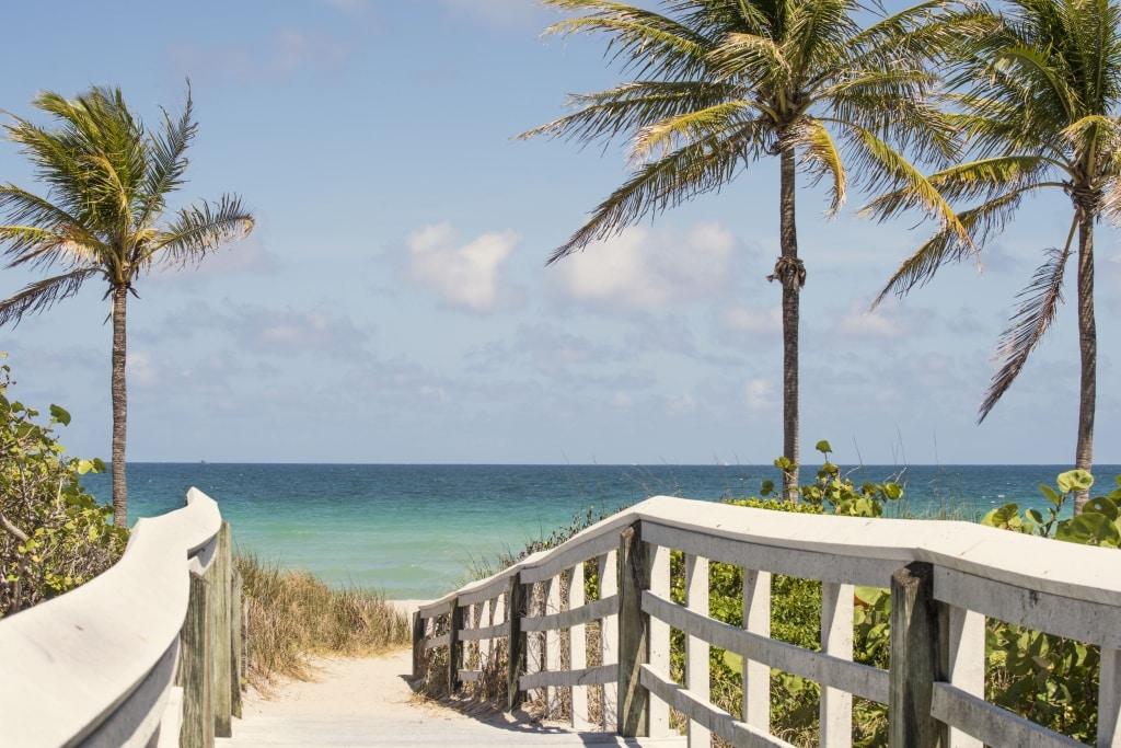 Wandelpad naar het strand van Fort Lauderdale in Florida