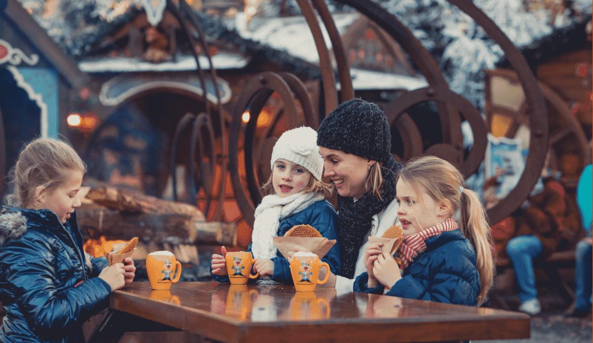 Warme chocolademelk drinken in de Winter Efteling