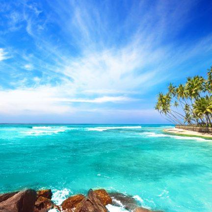 Zee en strand in Sri Lanka