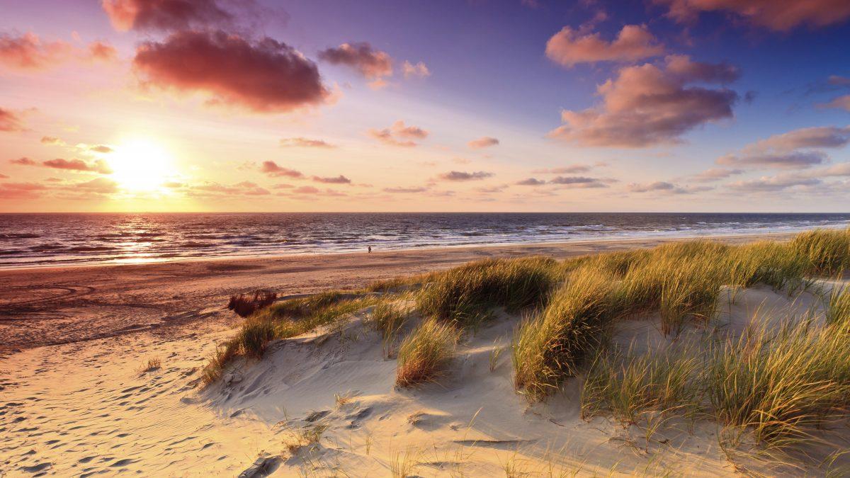 Zonsondergang aan het strand in Nederland