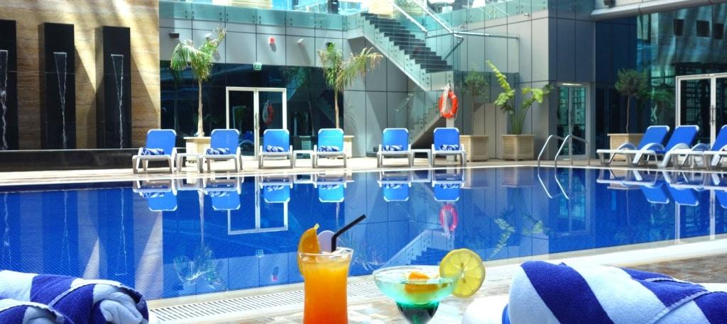 Cocktails bij het zwembad van Ghaya Grand Hotel in Dubai
