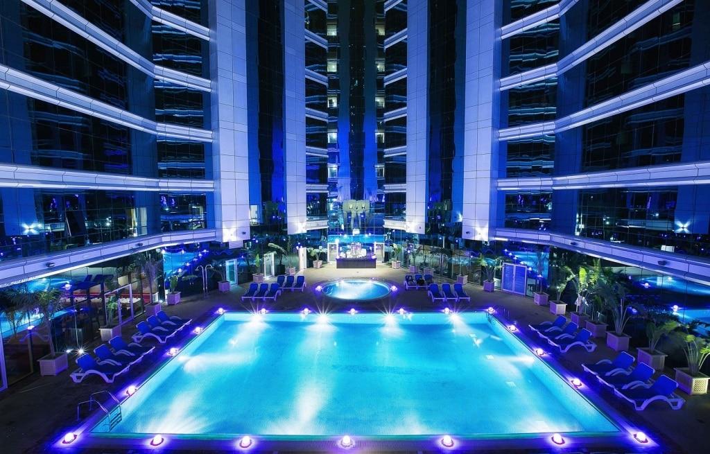 Zwembad van Ghaya Grand Hotel in Dubai