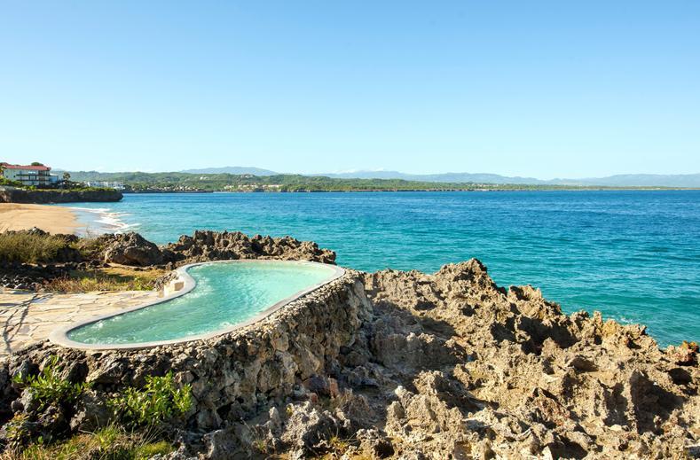 Zwembad in de rotsen van Casa Marina Beach in Sosúa, Dominicaanse Republiek