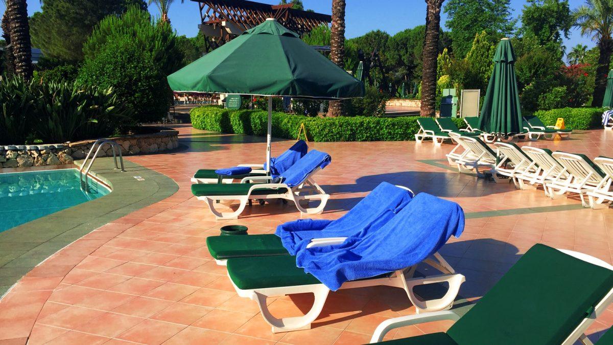 bezette strandstoelen handdoeken zwembad