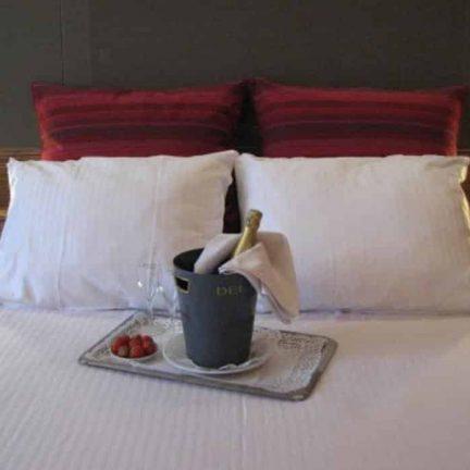 Fles cava op de hotelkamer in Hotel De Keyser in Antwerpen, België