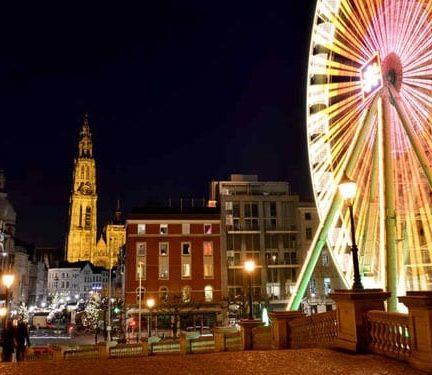 Draaimolen tijdens kerst in Antwerpen, België