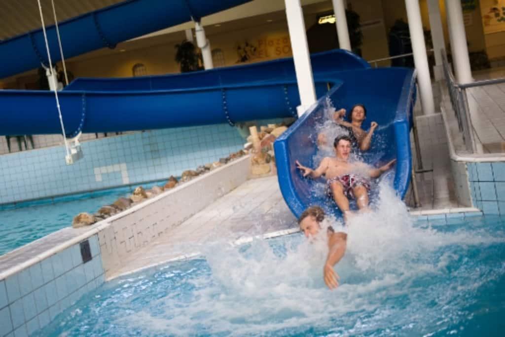 Glijbaan in het zwembad van Roompot Beach Resort Zeeland