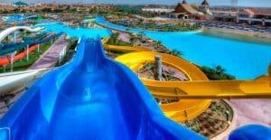 Glijbanen en zwembad van Hotel Jungle Aqua Park in Hurghada, Egypte