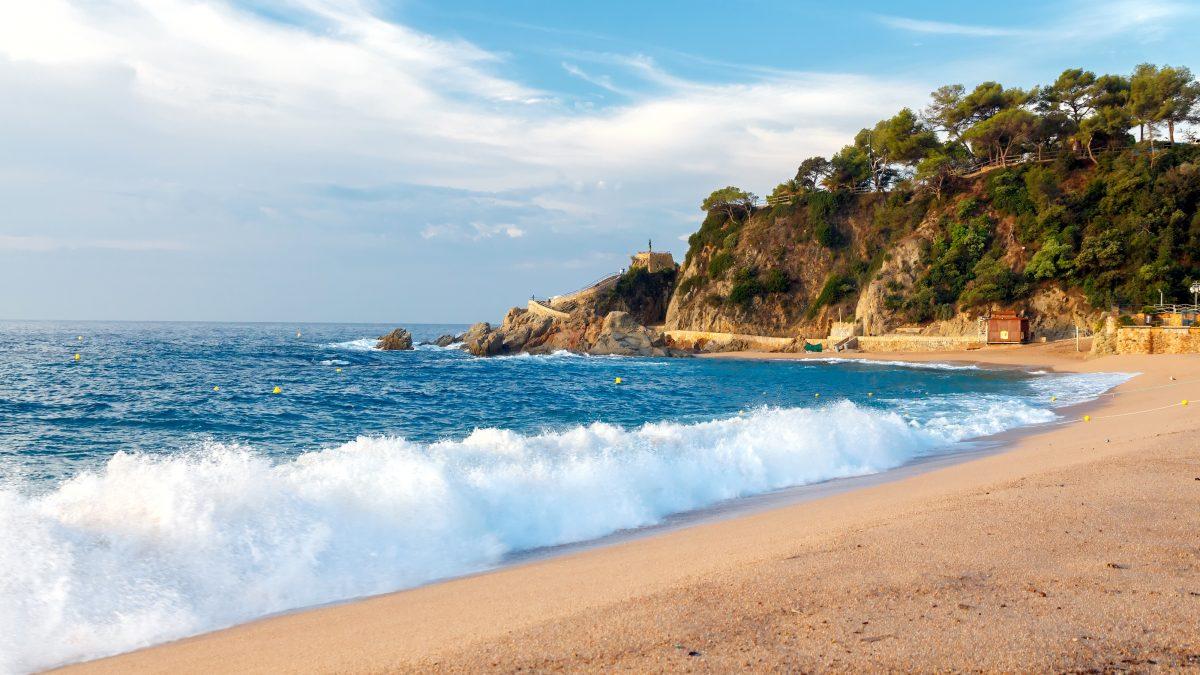 Golven op het strand aan de Costa Brava in Spanje