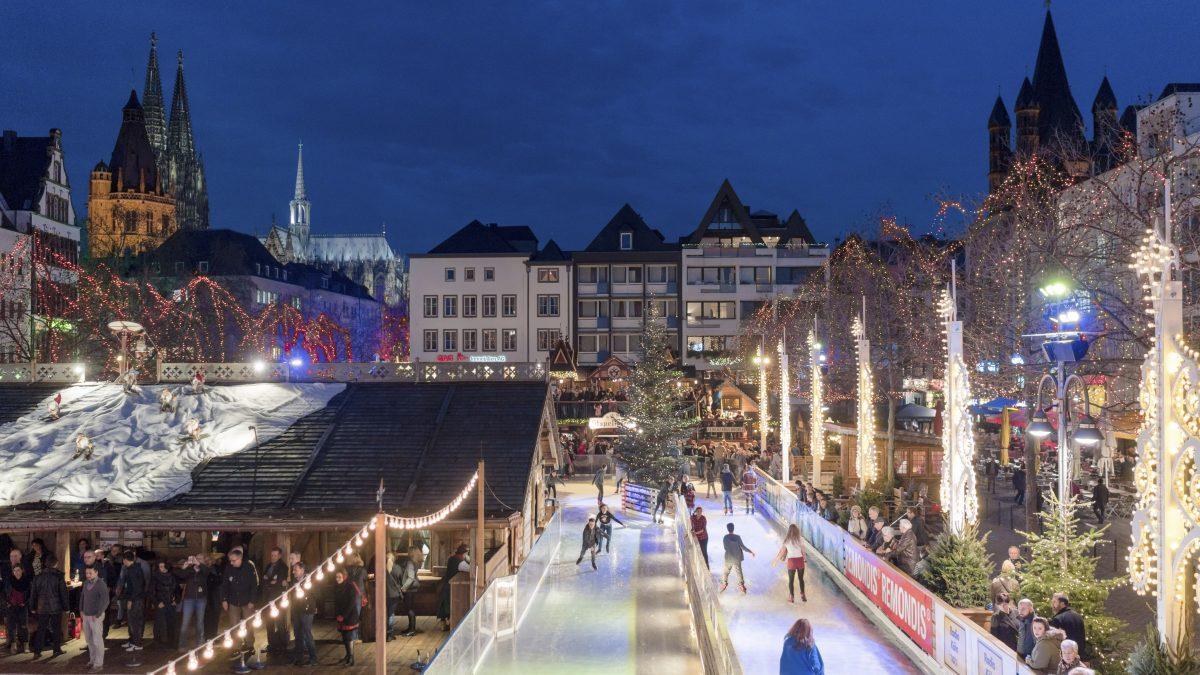 ijsbaan kerstmarkt avond keulen duitsland