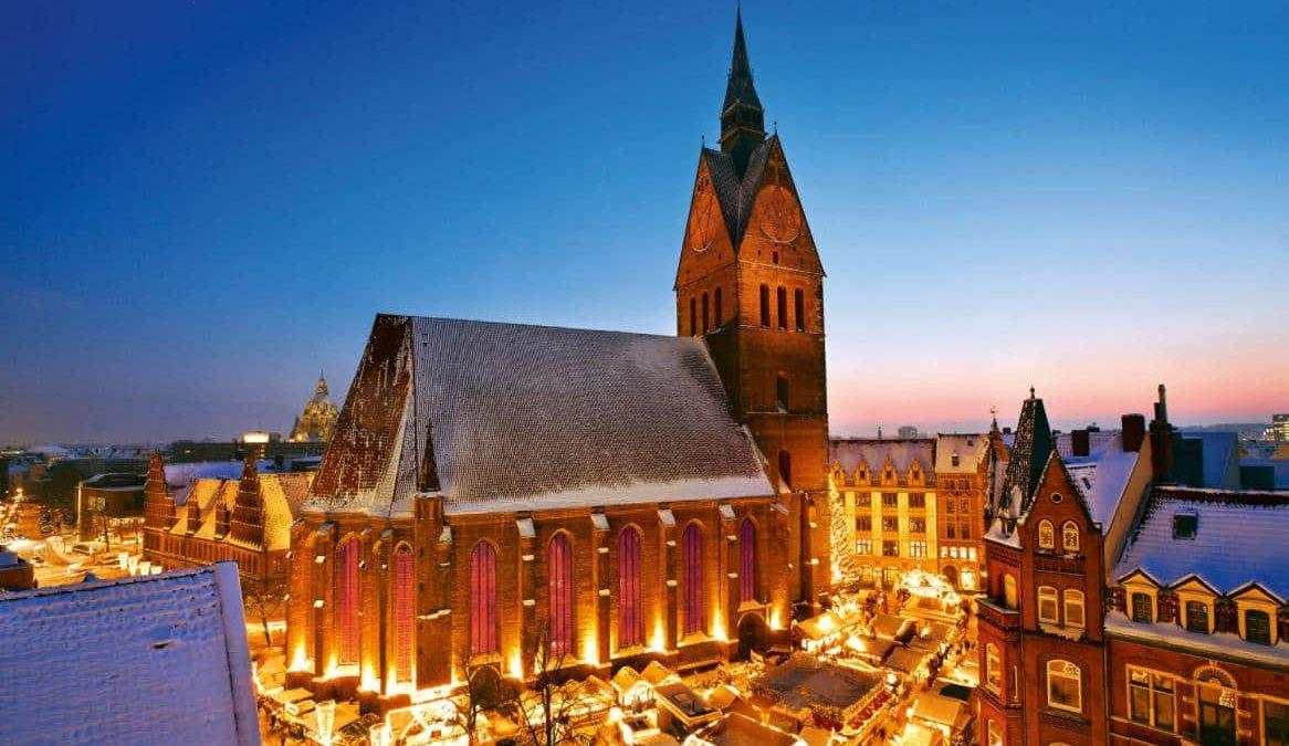 Kerstmarkt voor de kerk in Hannover, Duitsland