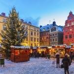 Kerstmarkt in de sneeuw in Stockholm, Zweden