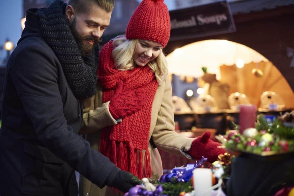 Man en vrouw op een kerstmarkt