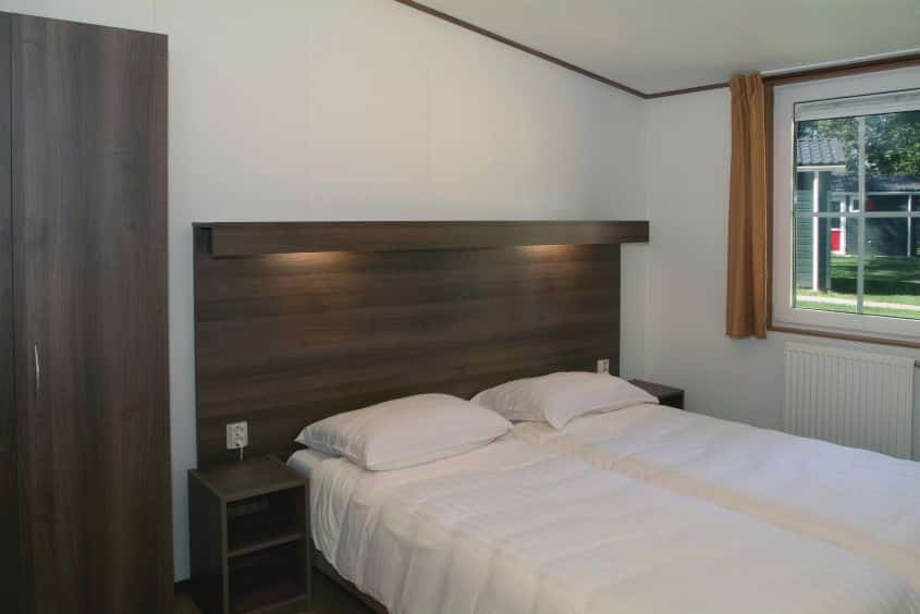 Slaapkamer van een chalet van Roompot Bospark Lunsbergen in Borger, Drenthe