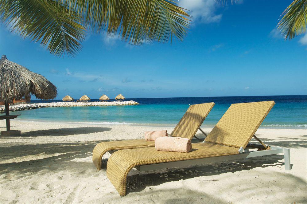 Strandstoelen op het strand van Blue Bay Curaçao Golf & Beach Resort in Sint Michiel, Curaçao