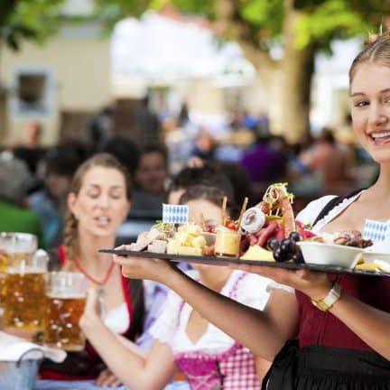 Serveersters in Willingen, Duitsland