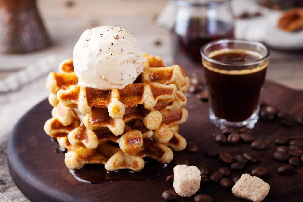 Belgische wafels met ijs en koffie
