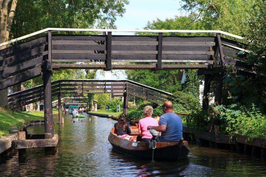 Bootje op het kanaal in Giethoorn, Overijssel