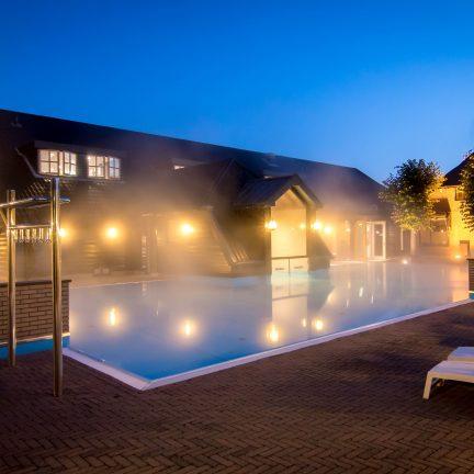 Buitenbad in de avond van De Zwaluwhoeve in Wierden, Gelderland