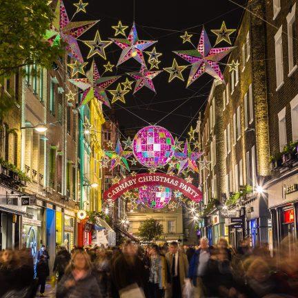 Carnaby Street met kerstverlichting in Londen, Engeland