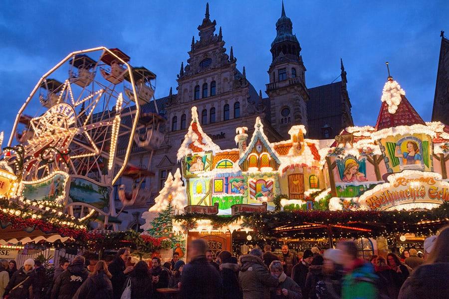 Draaimolen op de kerstmarkt in Bremen, Duitsland