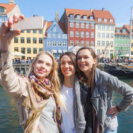 drie vrouwen maken een selfie in kopenhagen denemarken