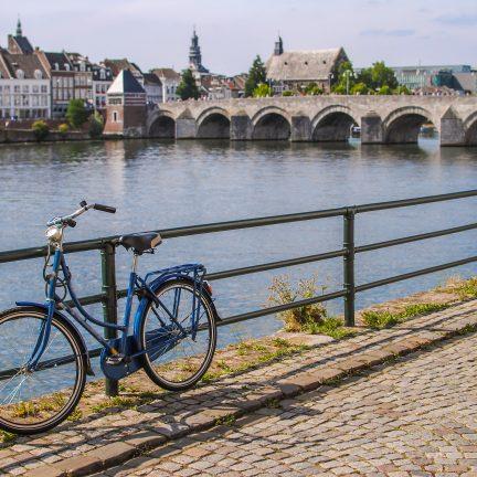 Fiets en uitzicht op brug in Maastricht, Limburg